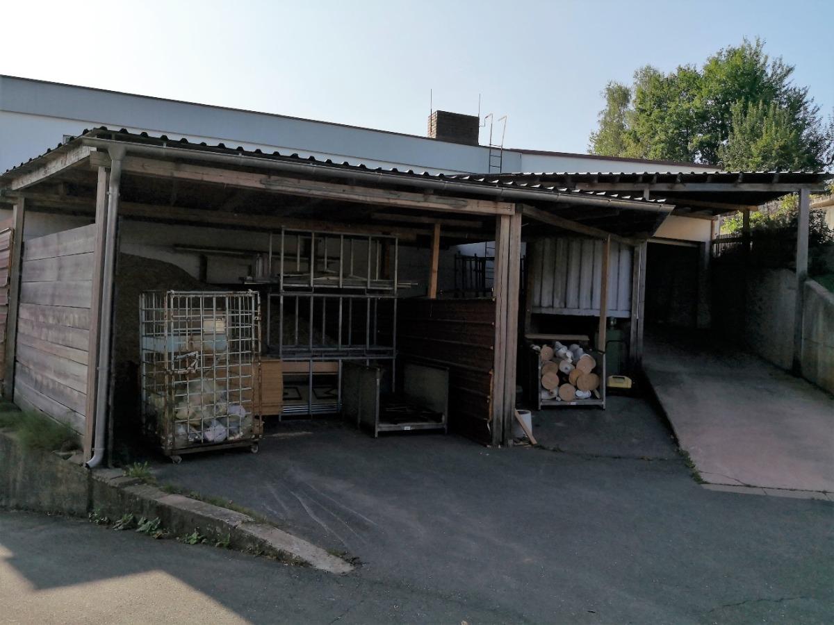Zufahrt Lagerhalle sowie überdachter Außenbereich