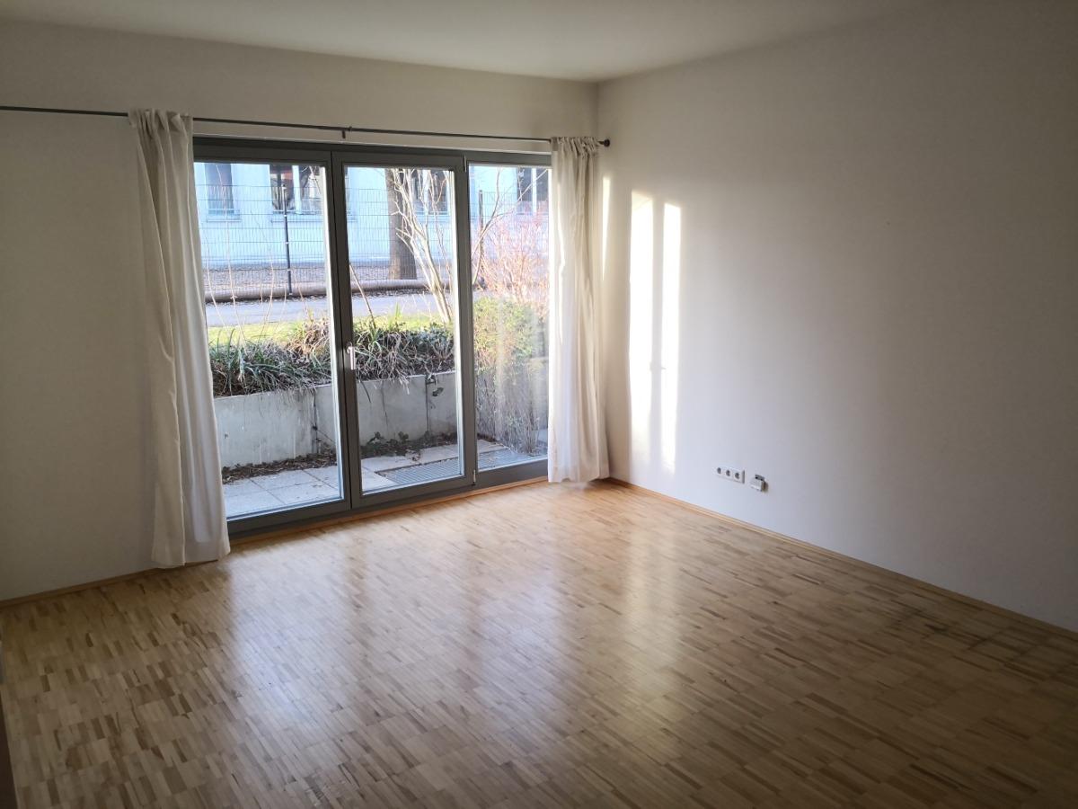 Wohnzimmer mit Zugang zur kleinen Terrasse