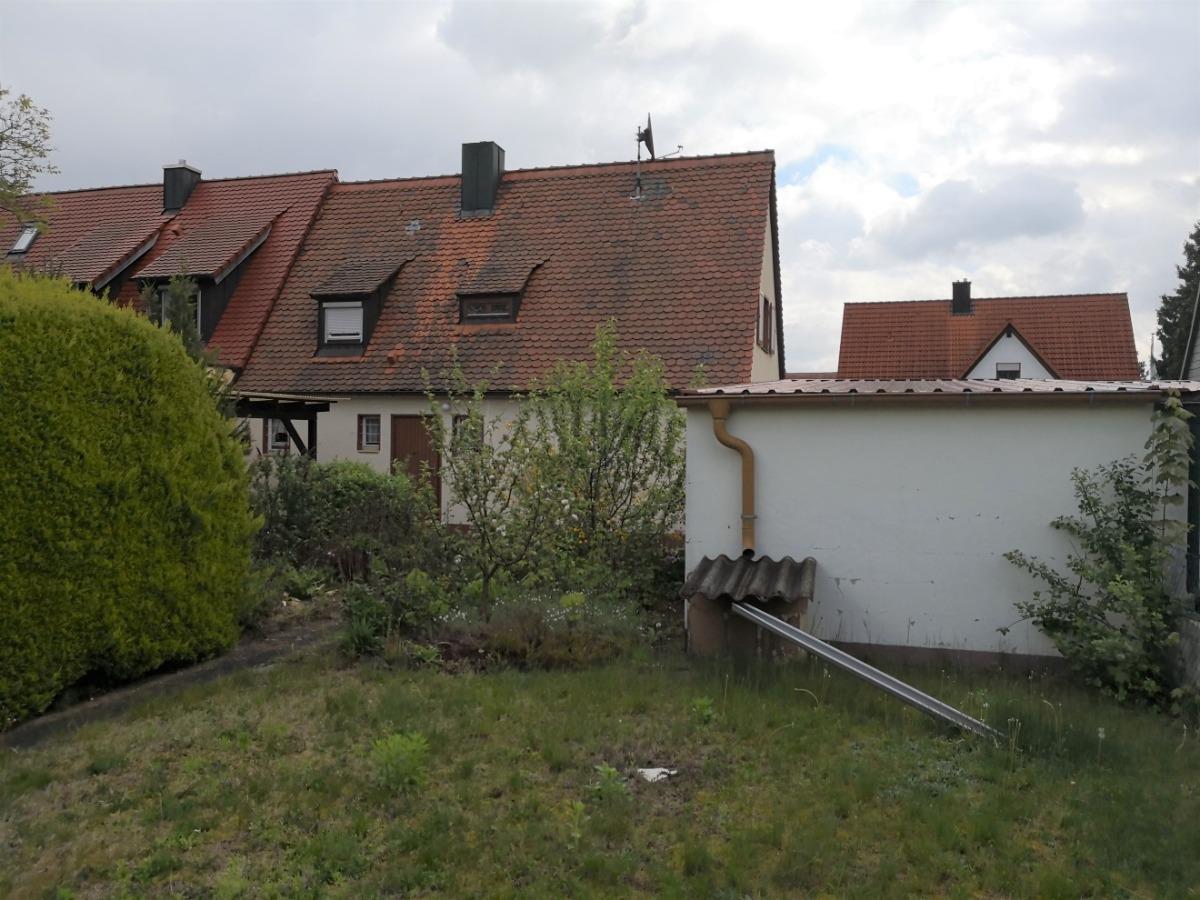 Gartenbereich mit Rückansicht Wohnhaus und Garage