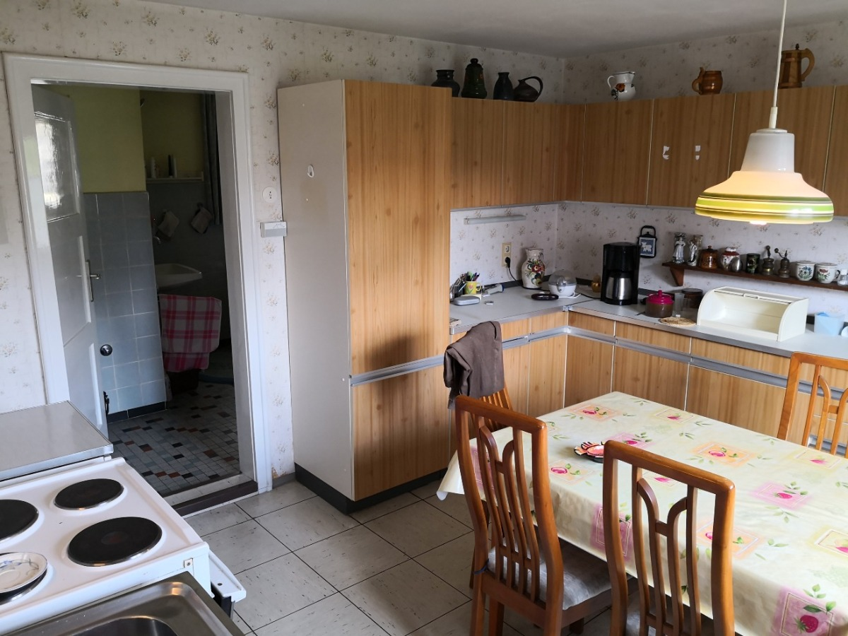 Küche mit Übergang zum Badezimmer