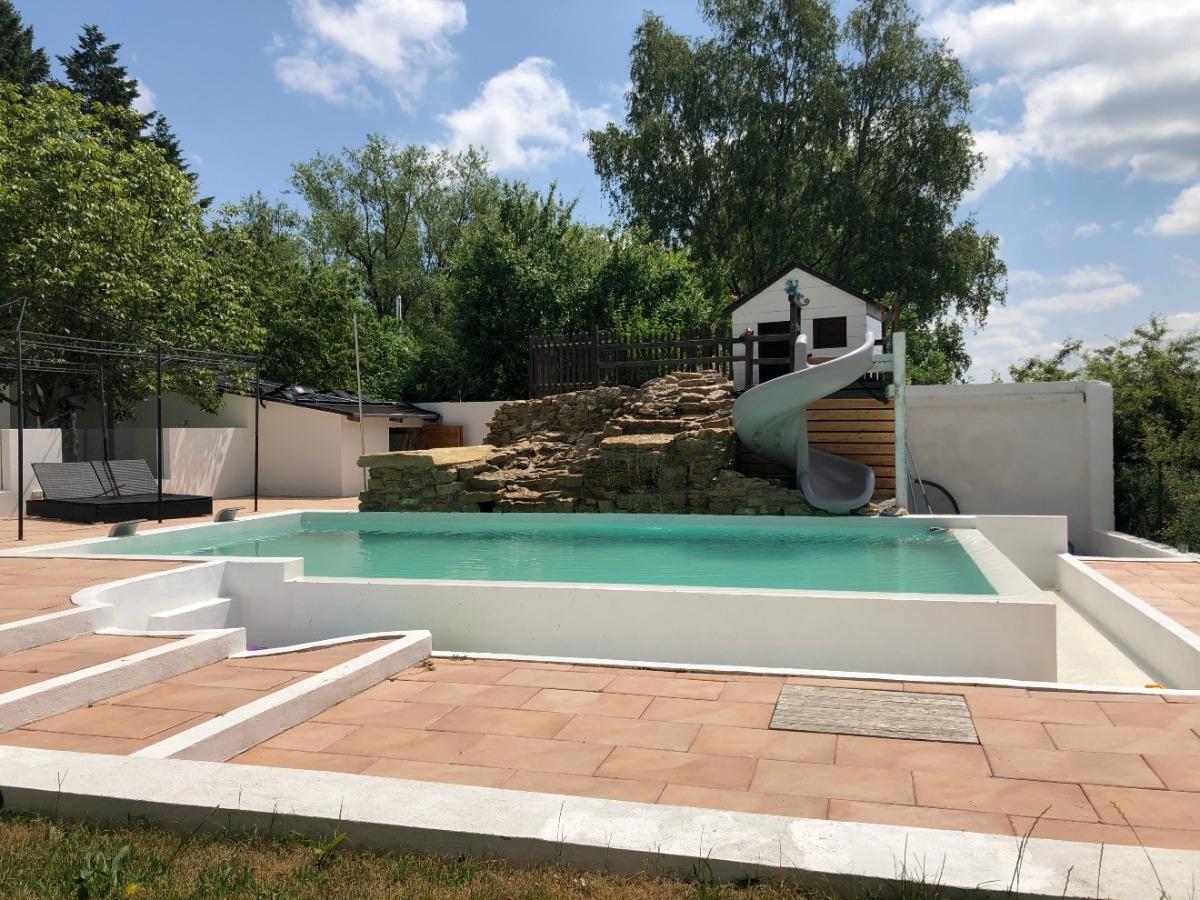 Pool mit übergroßer Überlaufrinne