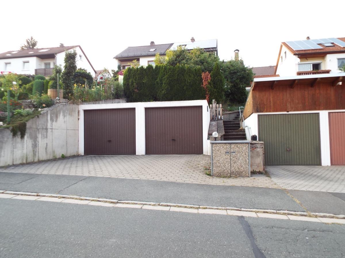 Ansicht Straßenseite mit Garagen