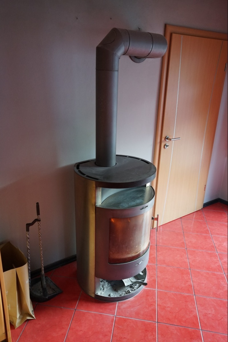 Schwedenofen in der Wohnküche im Neubau