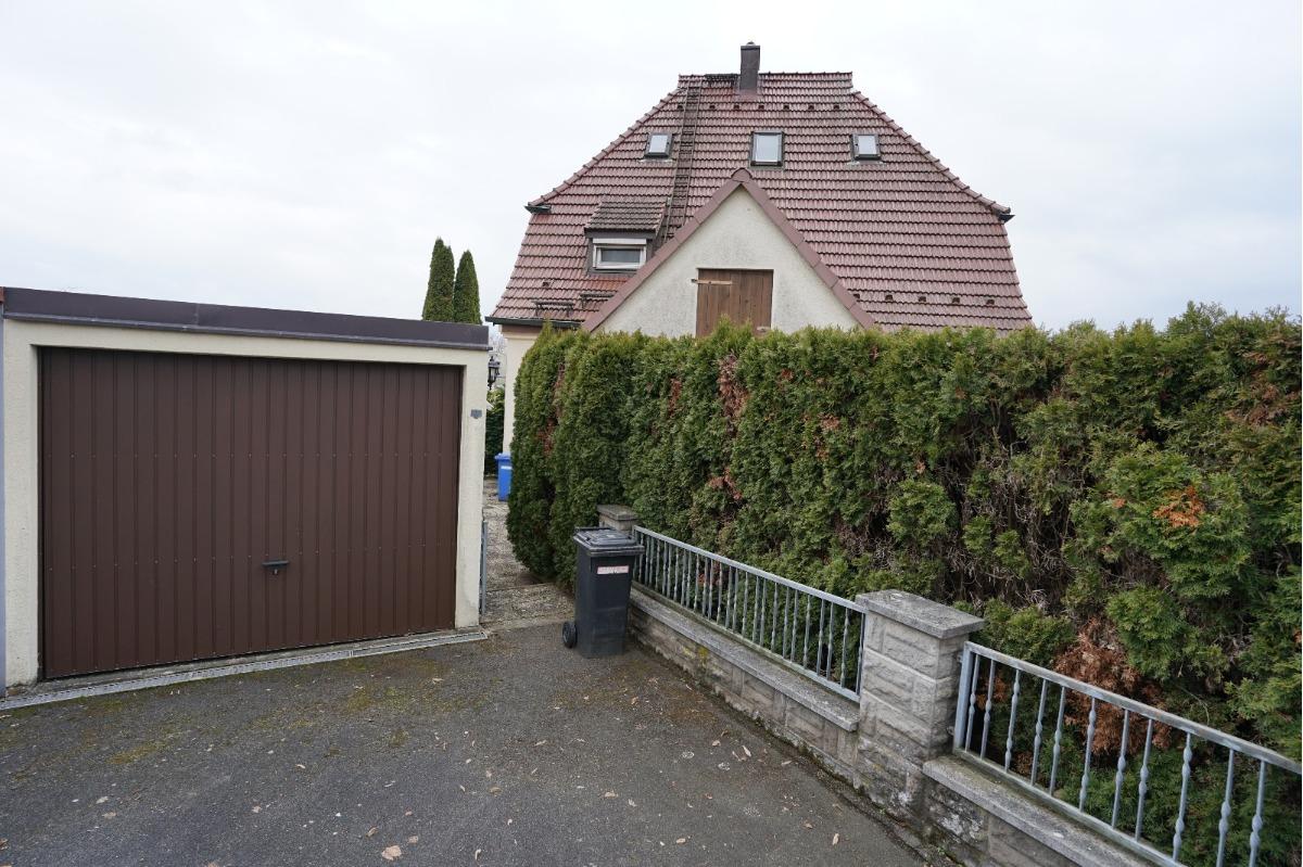 Garage sowie Zugang zum Garten